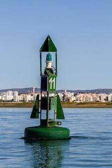 Vue d'une bouée de navigation verte flottante sur la mer.