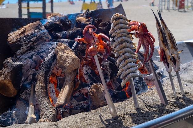 Vue d'une brochette de poisson typique sur les plages de malaga