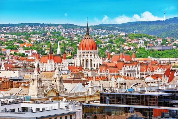 Vue de budapest et du parlement depuis le clocher de la basilique saint-étienne.