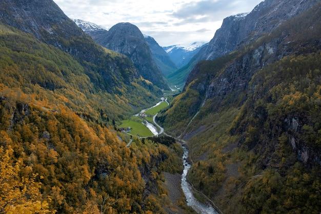 Vue sur le canyon et la vallée de stalheim, la montagne sugar head. paysage d'automne de la norvège
