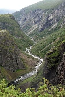 Vue sur la cascade de voringfossen en norvège