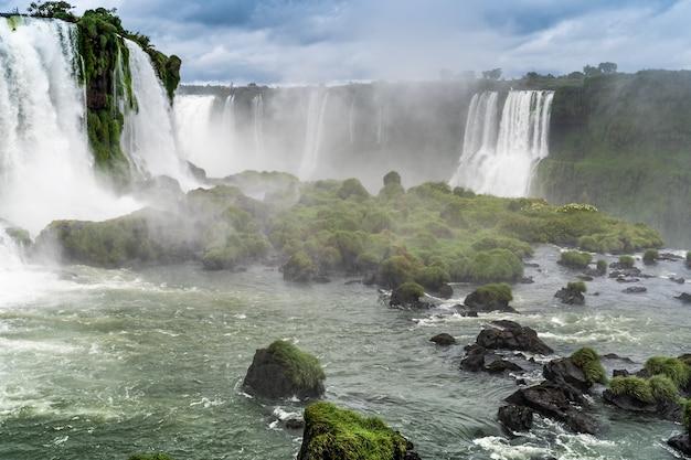 Vue sur les cascades d'iguasu de renommée mondiale au brésil.