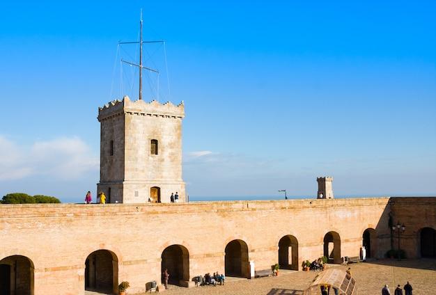 Vue de castillo de montjuic sur la montagne montjuic à barcelone, espagne