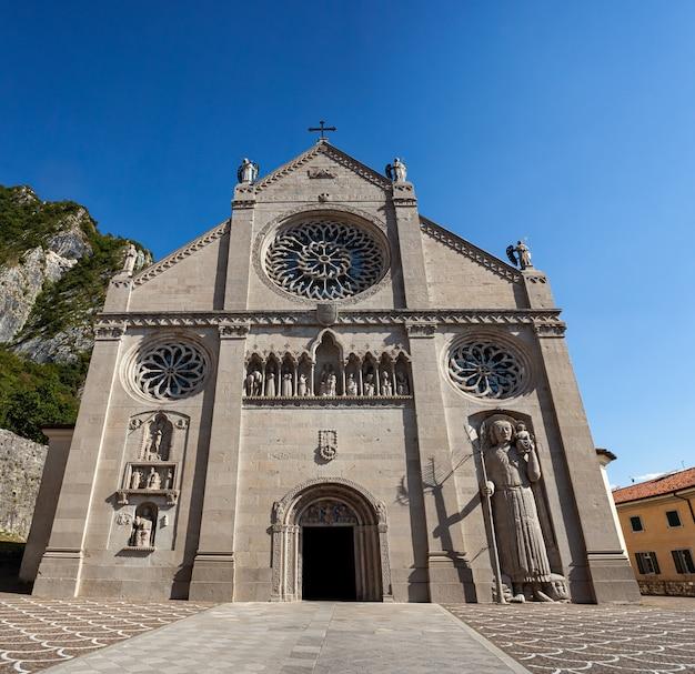 Vue de la cathédrale du xive siècle, ou duomo, à gemona del friuli, frioul-vénétie julienne. l'église s'appelle le duomo di santa maria assunta, ou l'assomption de marie