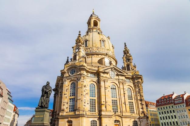 Vue de la cathédrale frauenkirche et statue de martin luther.