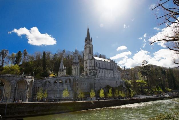 Vue de la cathédrale de lourdes, france