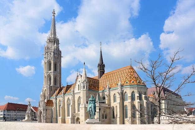Vue de la cathédrale de saint matthias dans la vieille ville de budapest.