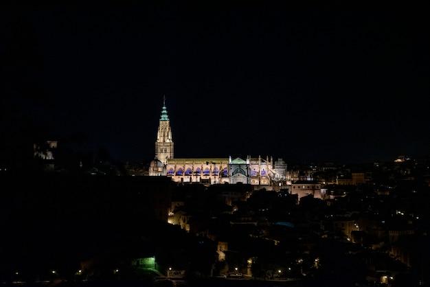 Vue de la cathédrale de tolède illuminée la nuit.