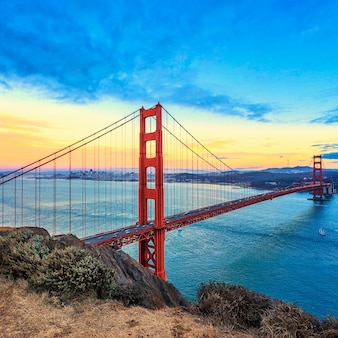 Vue sur le célèbre golden gate bridge au coucher du soleil à san francisco, californie, usa