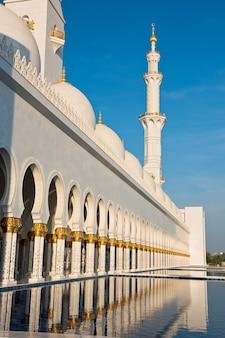 Vue de la célèbre mosquée blanche sheikh zayed à abu dhabi, émirats arabes unis