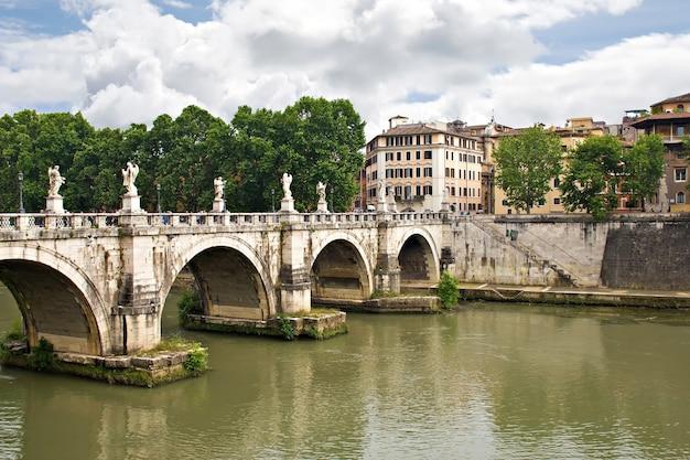 Vue sur le célèbre pont saint-ange à rome, italie