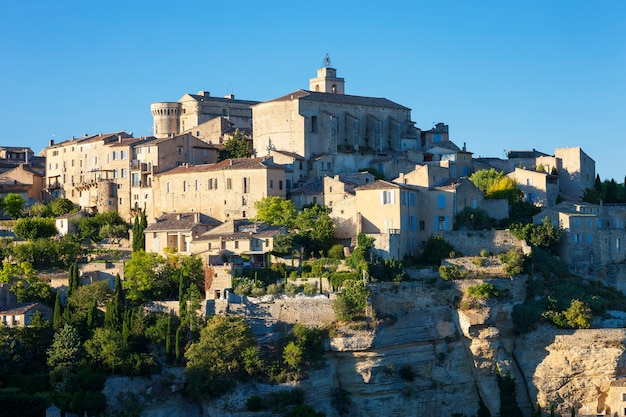 Vue sur le célèbre village médiéval de gordes dans le sud de la france