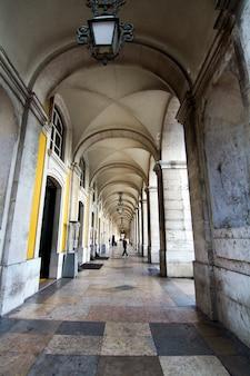 Vue sur les célèbres arcades du commerce plaza, situé à lisbonne, au portugal.