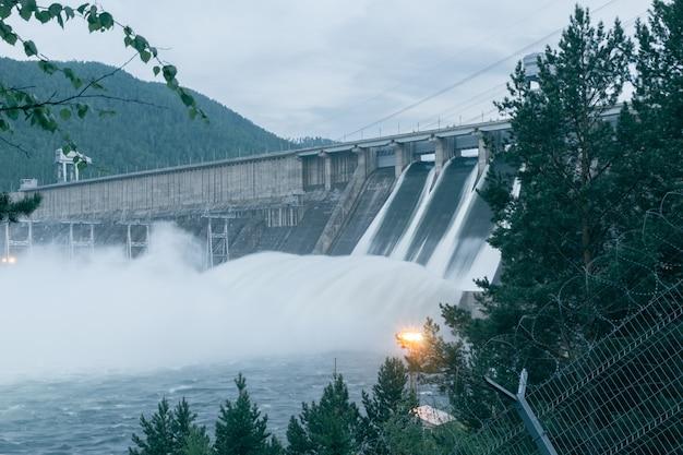 Vue de la centrale hydroélectrique. décharge d'eau. image sur la longue endurance.