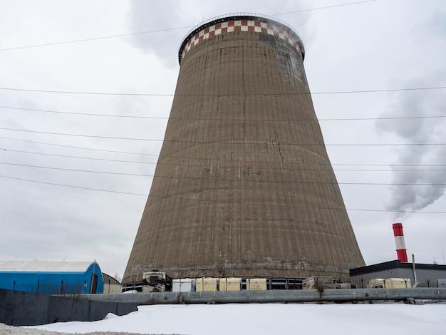 Vue de la centrale thermique. tours de refroidissement. production de chaleur pour le chauffage des logements