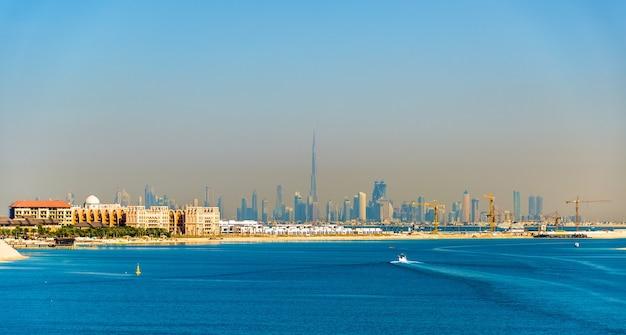 Vue sur le centre-ville de dubaï depuis l'île de palm jumeirah