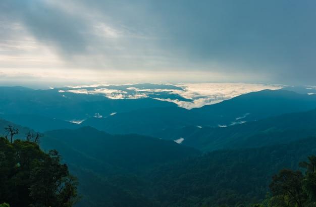 Vue de la chaîne de montagnes et de la brume matinale
