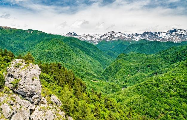 Vue sur la chaîne de montagnes du grand caucase à samegrelozemo svaneti, géorgie