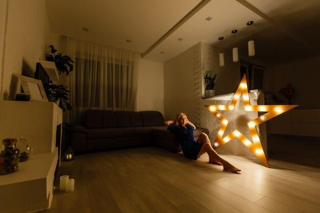 Vue de la chambre d'hôtel avec une étoile lumineuse