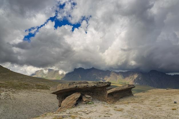 Vue sur les champignons de pierre d'elbrouz près du versant nord de la montagne. photographié dans le caucase, en russie.