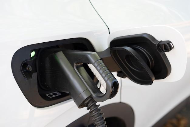 Vue de charge de voiture électrique blanche à une station