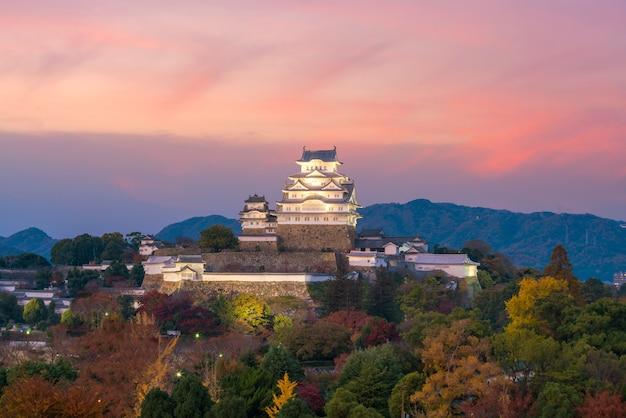 Vue sur le château de himeji (saison d'automne) à himeji au japon au coucher du soleil