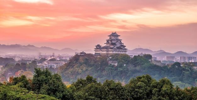 Vue sur le château de himeji (saison d'automne) à himeji au japon au lever du soleil
