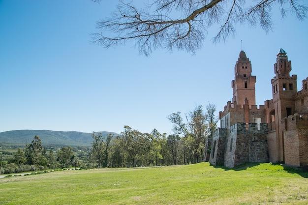 Une vue sur le château de pittamiglio près de la plage de piriapolis à piriapolis en uruguay