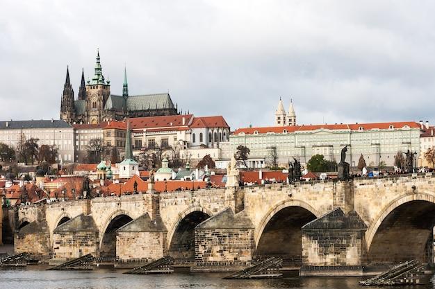 Vue sur le château de prague depuis le pont charles sur la rivière vltava à prague, république tchèque