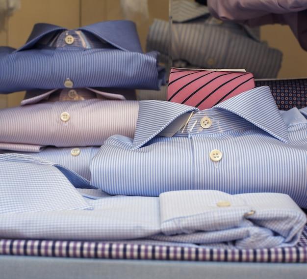 Vue de chemises dans la boutique à milan
