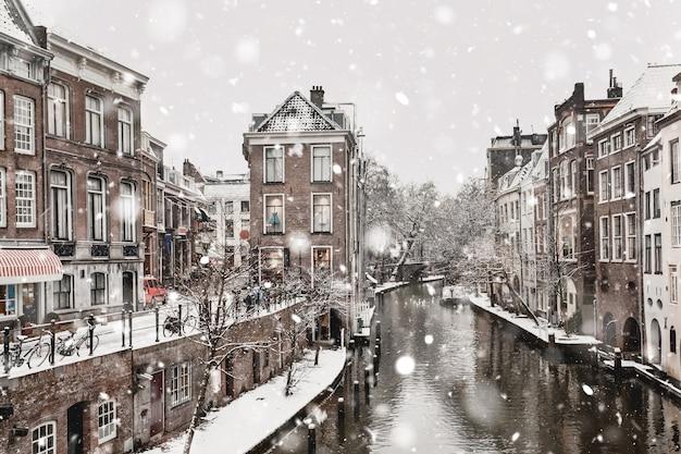 Vue des chutes de neige d'hiver à utrecht