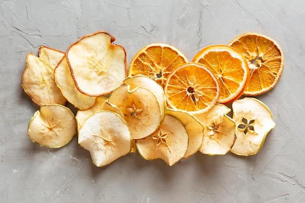 Vue ci-dessus arrangement de fruits secs