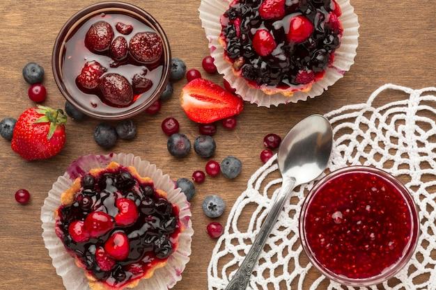 Vue ci-dessus arrangement de tartes aux fruits