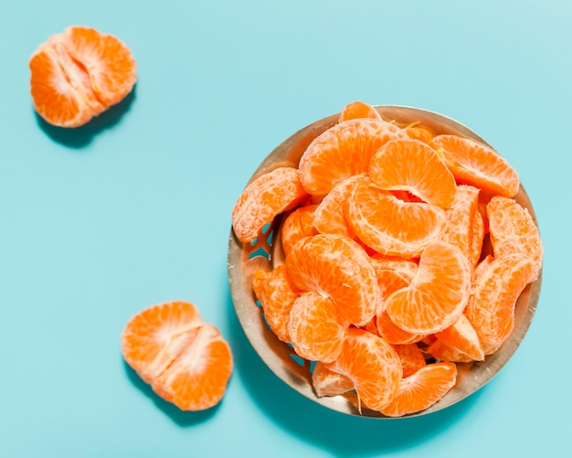 Vue ci-dessus arrangement de tranches d'orange