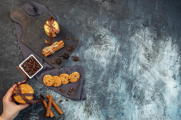 Vue ci-dessus de biscuits faits maison limes cannelle sur une serviette de couleur foncée tenant des haricots sur fond de glace