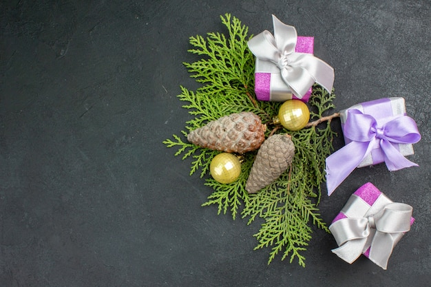 Vue ci-dessus des cadeaux colorés et des accessoires de décoration sur fond sombre