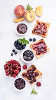 Vue ci-dessus délicieuse confiture de fruits sur du pain