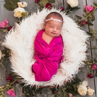 De la vue ci-dessus de minuscule bébé qui dort