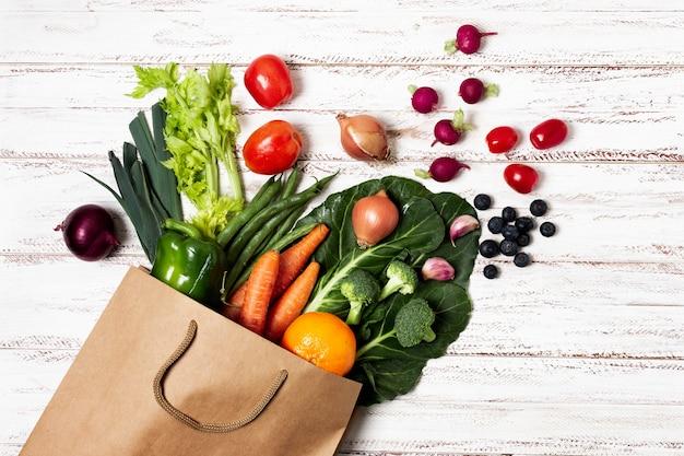 Vue ci-dessus sac de papier avec des légumes