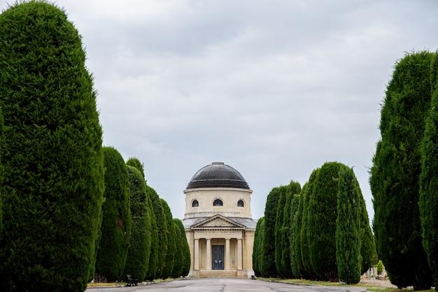 Vue sur le cimetière monumental de vérone par une sombre journée d'hiver.