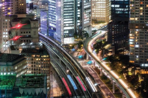 Vue de la circulation des trains célestes courant dans le centre-ville de daimon