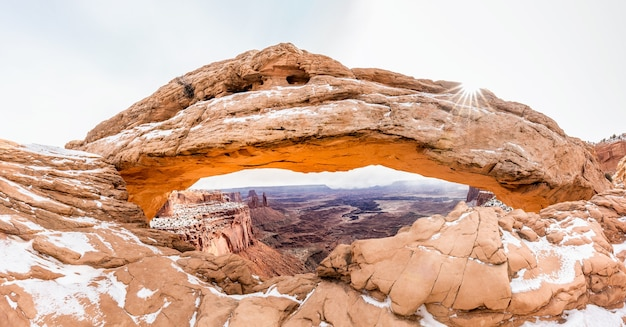 Vue classique de la célèbre mesa arch, canyonlands national park, utah, usa