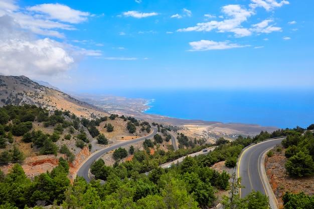 Vue de la colline sur une route côtière et le littoral de la crète