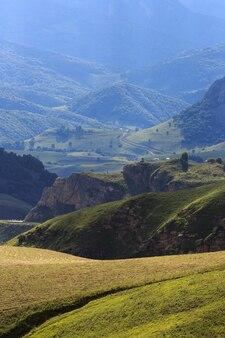 Vue sur les collines au coucher du soleil dans les contreforts du caucase du nord en russie.