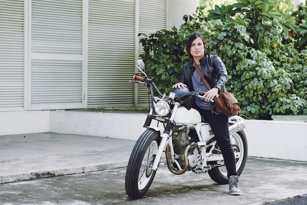Vue complète du motard prêt à conduire sa moto