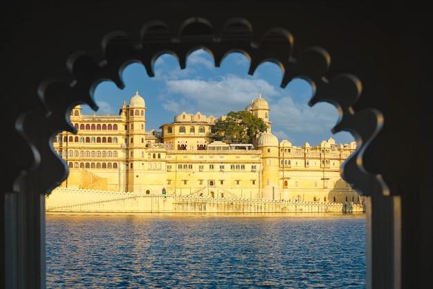 Vue sur le complexe du palais de la ville d'udaipur depuis le lac pichola au rajasthan, inde