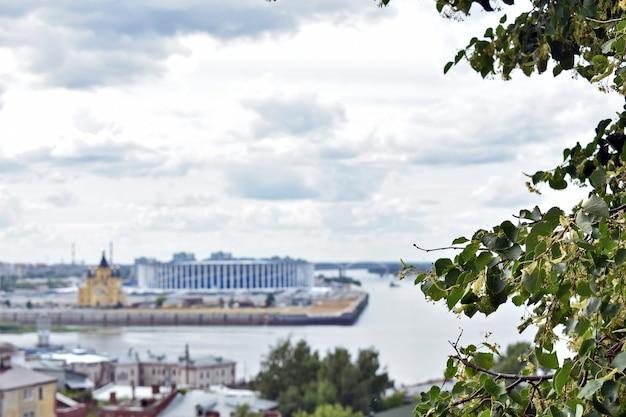 Vue sur le confluent des rivières de l'œil et de la volga. nijni novgorod