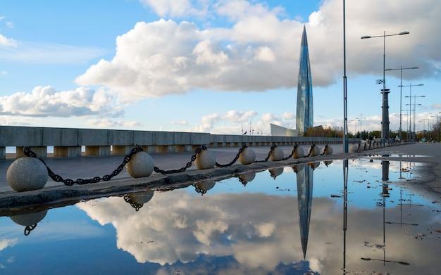Vue de la construction du centre de lakhta avec le reflet dans l'eau.