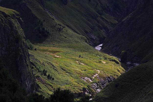 Vue sur les contreforts du mont elbrouz. caucase du nord, russie.