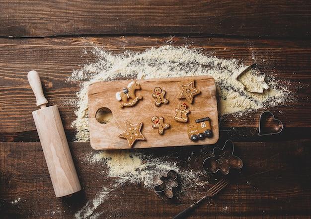Vue sur les cookies et la farine sur un plateau sur la table